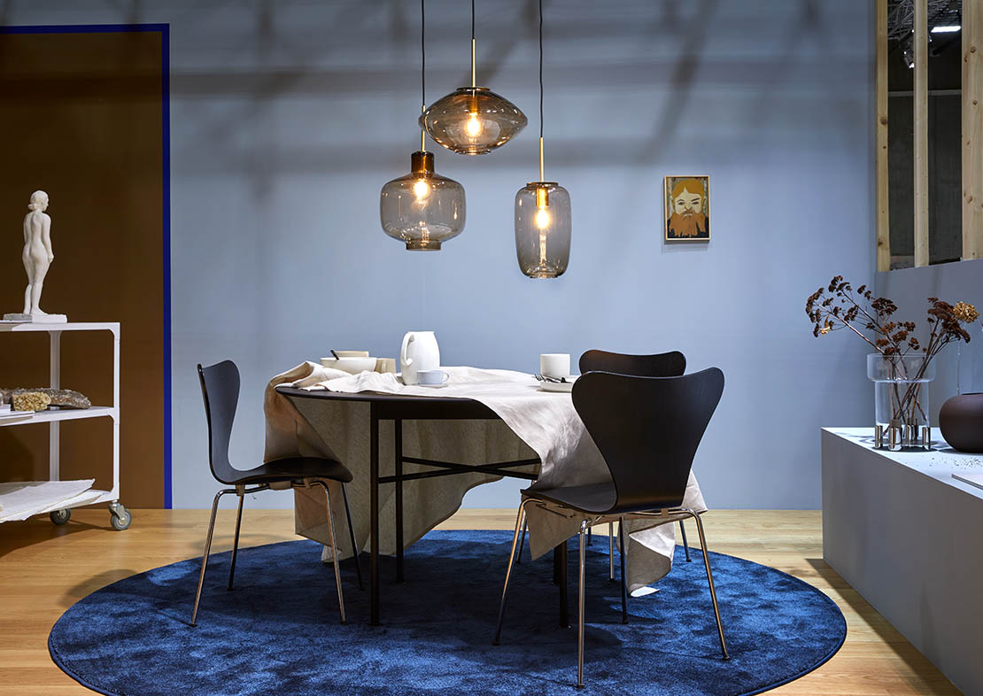Matte wallpaint in blue tints with brown colour block, Nordic style dinging room inspiration