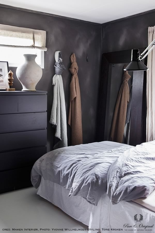 Fresco lime paint in the colour Black Truffle, applied in the bedroom