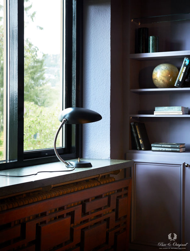 Cabinet and walls in classic purple, windows in high gloss black laquer