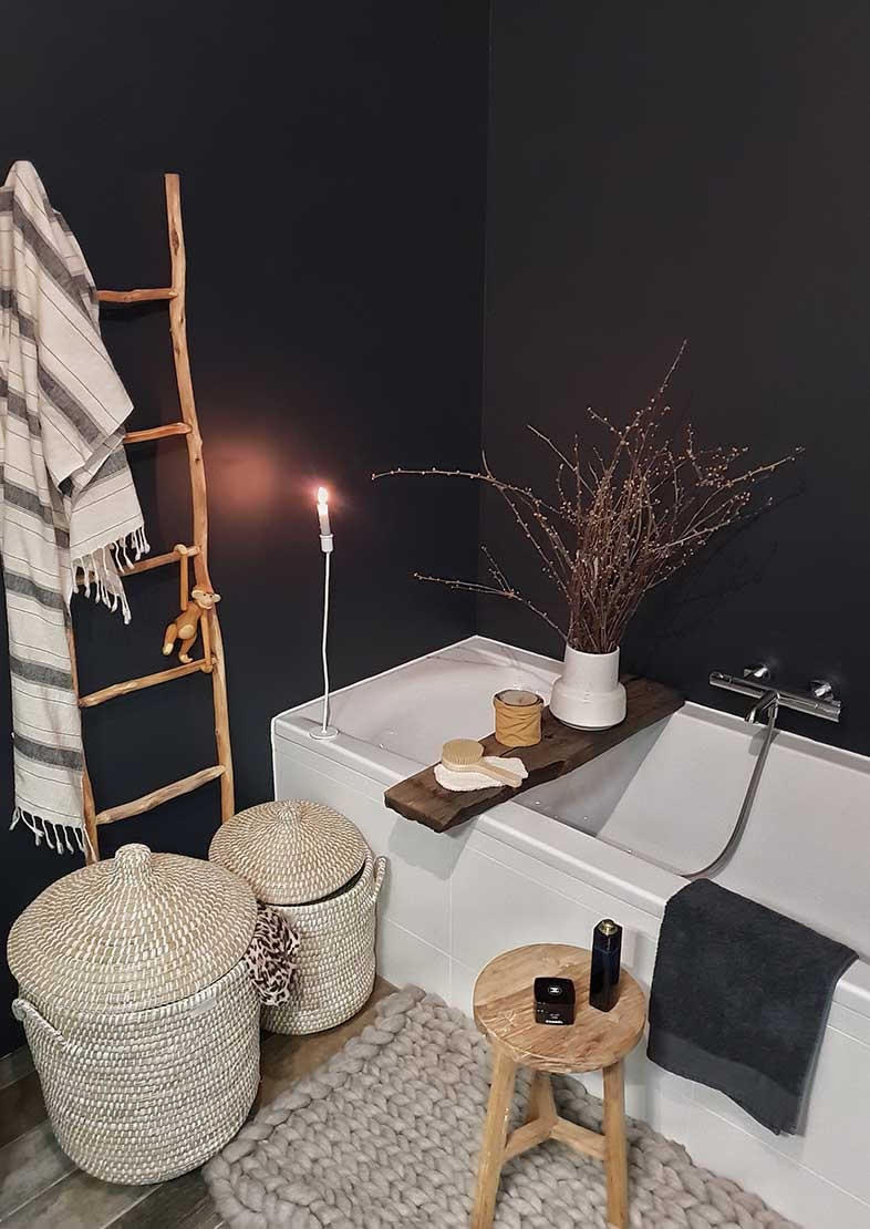 Licetto washable wall paint in the colour Slate Gray in a black and white bathroom at Huizedop